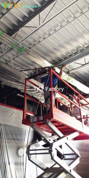 Quét bụi, mạng nhện trần nhà máy của công ty vệ sinh nhà xưởng TKT Factory