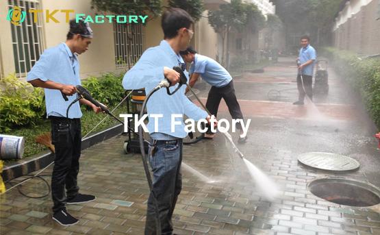 Xịt rửa đường đi xung quanh nhà xưởng sản xuất giấy AAA Thái Lan