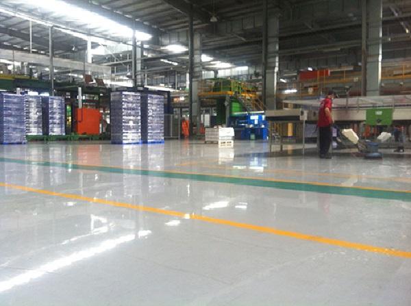 Sàn nhà xưởng sạch sẽ, sáng bóng sau khi được làm sạch bằng dịch vụ vệ sinh nhà xưởng