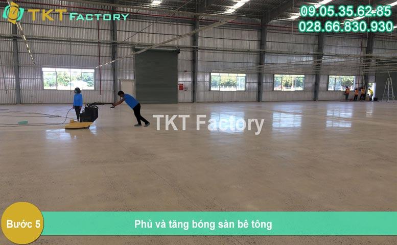 Bước 5 - phủ tăng bóng sàn bê tông TKT Factory