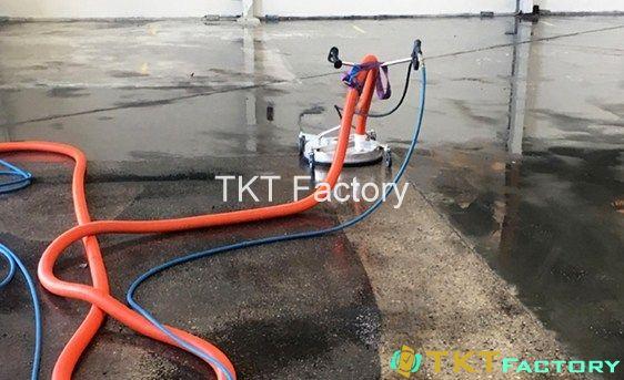 Làm sạch sàn nhà xưởng bằng máy phun rửa áp lực cao